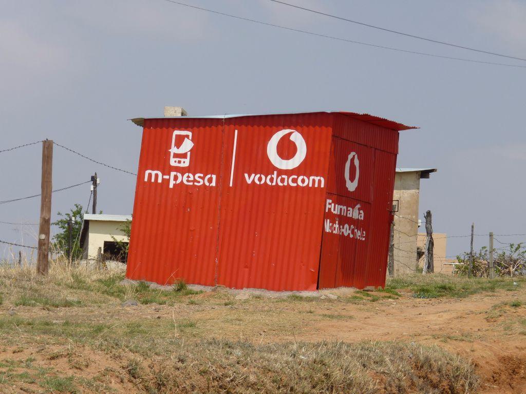 Rote Wellblech-Hütte mit Vodacom-Logo in Lesotho sieht man überall auf seiner Lesotho-Reise