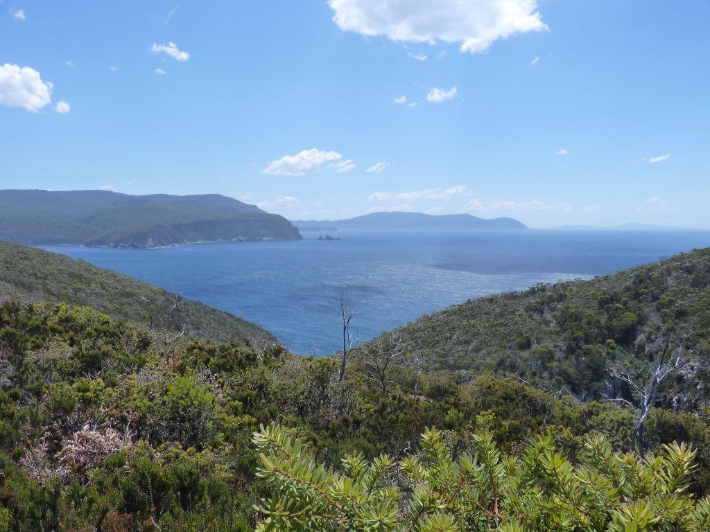 Tasmanien Sehenswürdigkeiten - Tasman Peninsula Ausblick auf die Bucht mit klarem Wasser an der Ostküste Tasmaniens