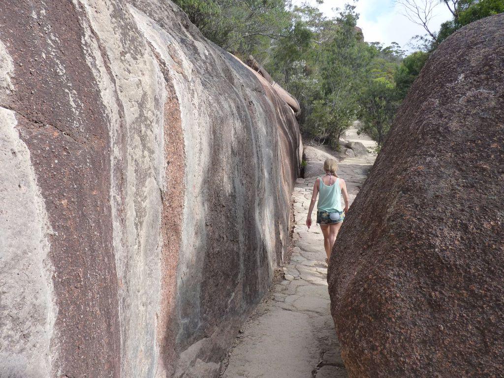 Riesige Felsen am Wineglass Bay - super Wanderung auf deiner Tasmanien-Rundreise