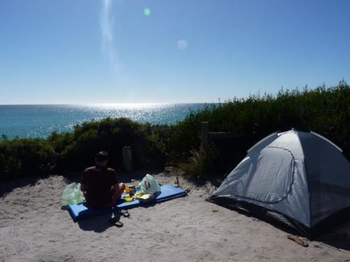 Backpacking in Tasmanien: Frühstück mit Blick auf das Meer auf unserem kostenlosen Campingplatz am Bay of FIres an der Tasmanien-Ostküste.