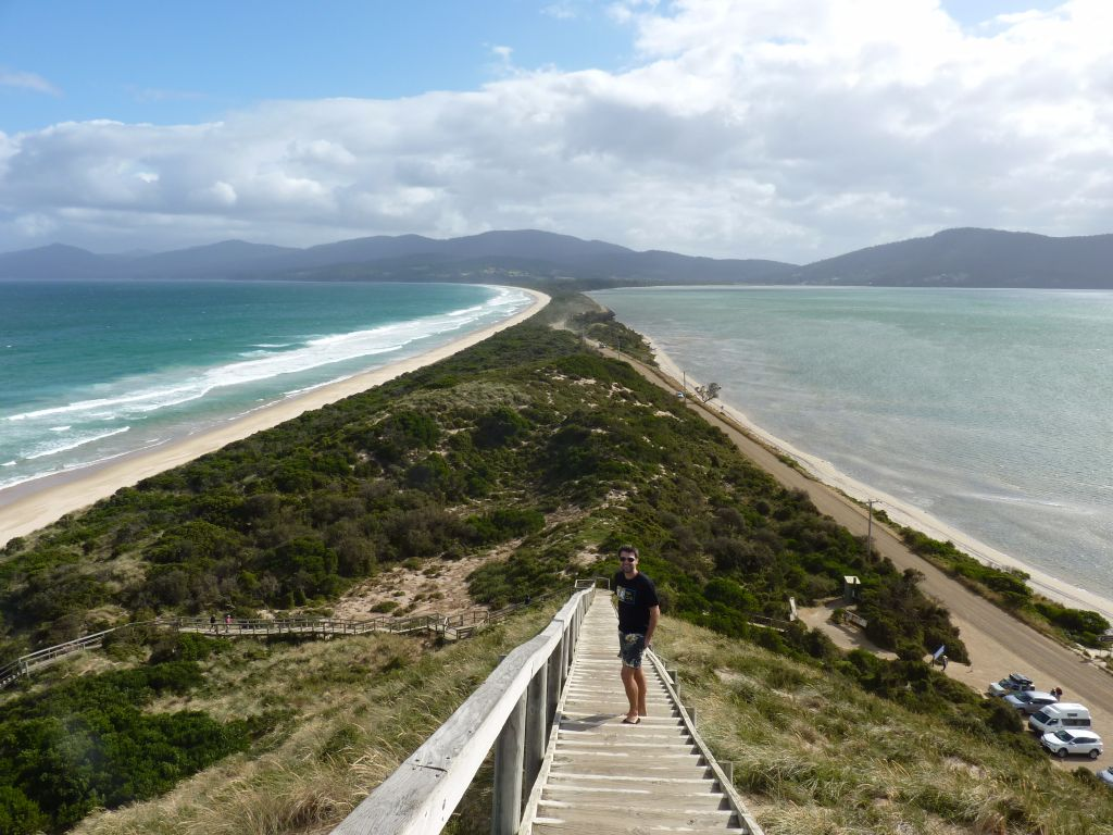 Bruny Island auf Tasmanien: Aussichtspunkt, von dem man links und rechts das Meer sieht - Tasmanien-Sehenswürdigkeiten auf deiner Tasmanien-Rundreise