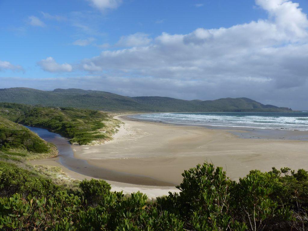 Wunderschöner Blick über den Strand am Cloudy Corner im Süden von Bruny Island in Tasmanien - Tasmanien-Sehenswürdigkeiten auf deiner Tasmanien-Rundreise